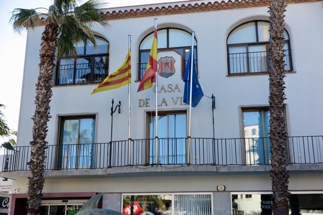 L'Ajuntament de Castell-Platja d'Aro ha retirat la pancarta que hi havia a la façana de la Casa de la Vila amb un llaç groc