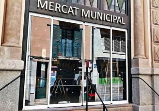 Instal·len una nova porta automàtica al mercat cobert de Sant Feliu de Guíxols