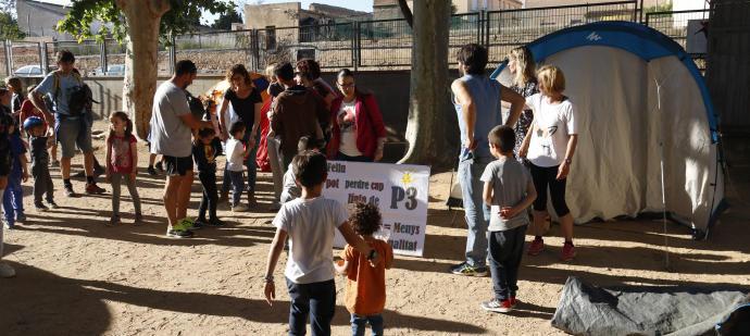 Tancada a l'escola Gaziel de Sant Feliu en contra de la supressió d'una línia de P3
