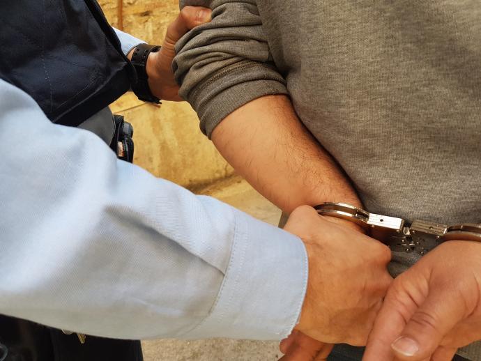 Detinguts in fraganti dos homes forçant la porta d'una casa a Sant Feliu de Guíxols