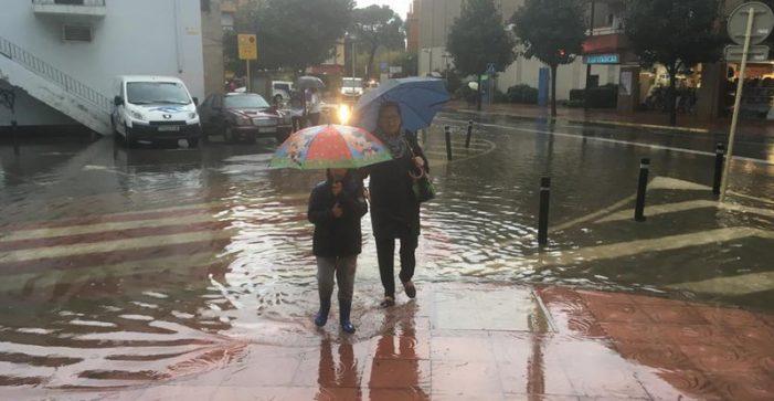 El temporal nega vies i carreteres a l'Empordà
