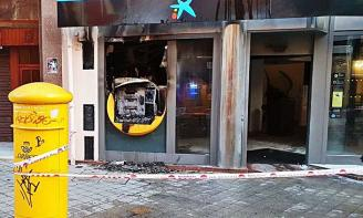 Crema totalment un caixer al centre de Sant Feliu de Guíxols