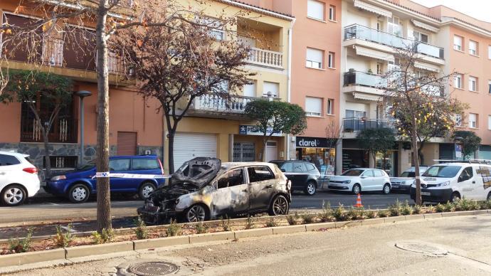 Crema totalment un cotxe a Sant Feliu de Guíxols
