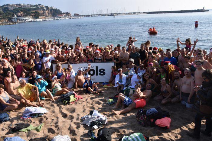 Més de 400 persones saluden l'any nou amb un bany compartit a la platja de Sant Feliu de Guíxols
