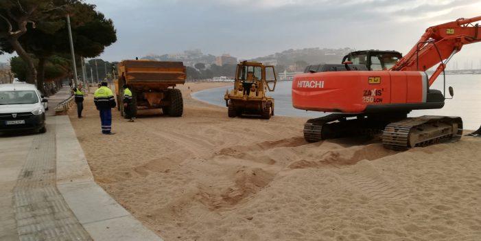 Comencen els treballs per arranjar la sorra de les platges, afectada després del temporal Gloria