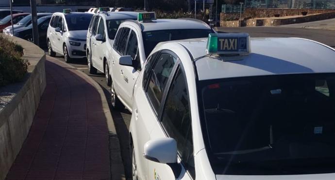 Els taxistes de Sant Feliu es planten davant d'un dels hotels que fa trasllats cobrant