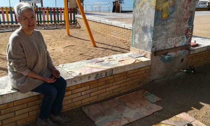 L'artista Anna Gutiérrez amb l'ajuda del servei de brigada de l'Ajuntament, col.loca al parc infantil del Passeig del Mar un mural ceràmic