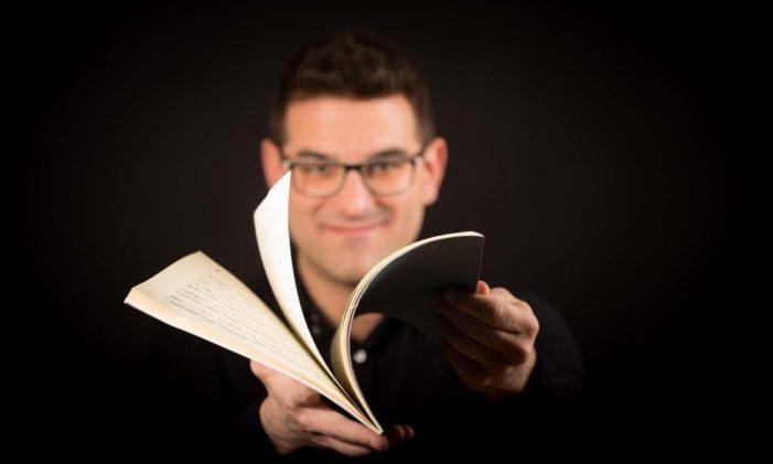 El músic guixolenc Lluís Gonzalez oferirà una classe de piano online en directe aquest divendres a les 18h