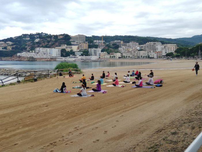 Tret de sortida de les sessions matinals de ioga que organitza l'Ajuntament de Sant Feliu