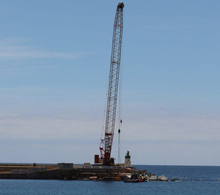 S'inicia el reforç amb nous blocs del port guixolenc