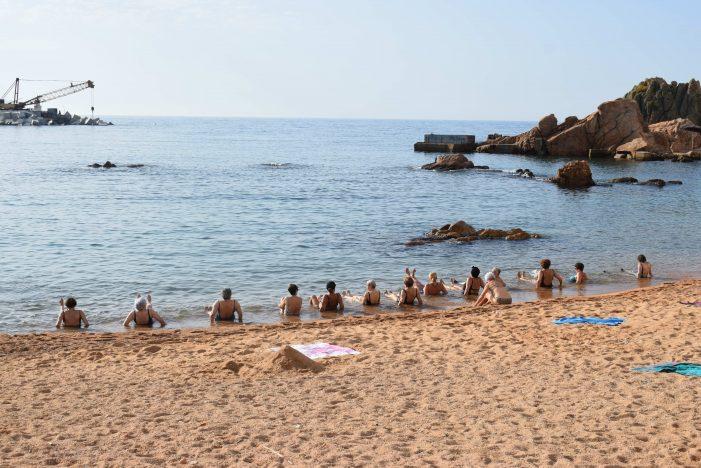 Comencen sessions de 'gimnàstica a la platja' a Sant Feliu de Guíxols