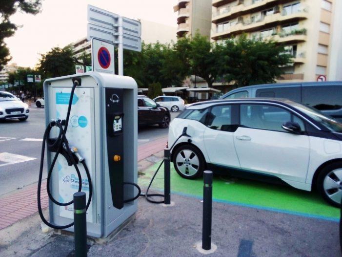 En funcionament quatre punts de recàrrega per a vehicles elèctrics a Sant Feliu de Guíxols