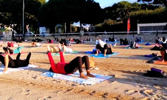 Gran èxit de les classes de ioga a la platja, que aquest any s'han acostat també fins a Sant Pol