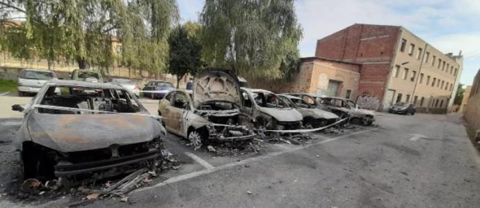 Un incendi calcina sis cotxes aparcats al carrer a Sant Feliu de Guíxols