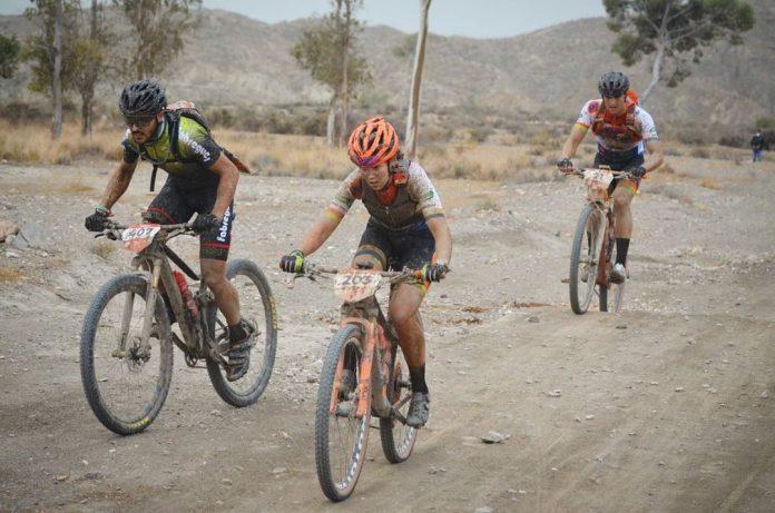La ciclista ganxona Sílvia Roura, medalla de plata a la Titan Desert d'Almeria