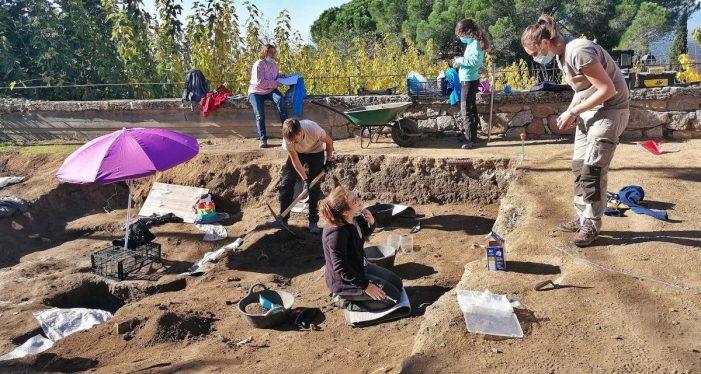 Troben deu noves tombes i una làpida a la necròpolis de Romanyà