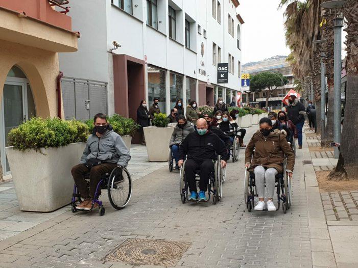 Empresaris, entitats i ajuntament empatitzen amb les dificultats que es troben les persones amb mobilitat reduïda