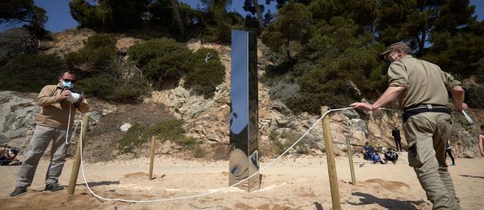 Apareix de forma anònima un misteriós monòlit metàl·lic a la platja de sa Conca