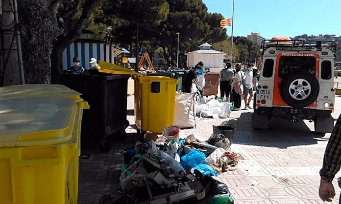 La població de Sant Feliu de Guíxols es bolca en la neteja de la platja amb motiu de la iniciativa «Let's Clean Up Europe!»